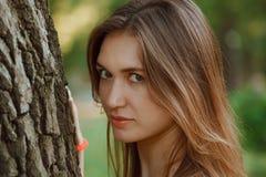 La ragazza con capelli scuri e le grandi labbra Fotografia Stock