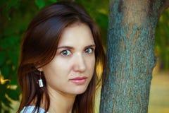 La ragazza con capelli scuri e le grandi labbra Fotografie Stock Libere da Diritti