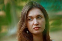 La ragazza con capelli scuri e le grandi labbra Fotografia Stock Libera da Diritti