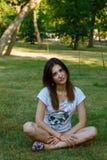 La ragazza con capelli scuri e le grandi labbra Fotografie Stock