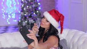 La ragazza con champagne fa un selfie vicino all'albero stock footage