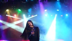 La ragazza con champagne sta ballando ad un partito nello scuro video d archivio