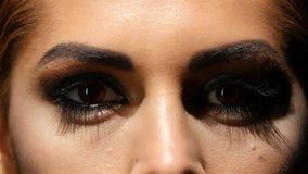 La ragazza con compone, il fronte screma si compone e bei occhi di marrone Fine in su stock footage