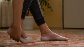 La ragazza con gli appartamenti che sfregano il suo solo piede stanco muscles rilassandosi la sua gamba stock footage