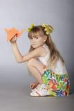 La ragazza con gli origami Fotografia Stock Libera da Diritti