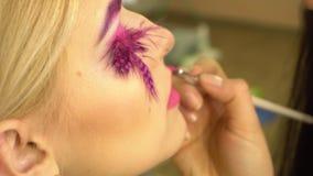 La ragazza con i bei cigli ha dipinto il primo piano delle labbra archivi video