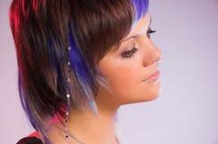 La ragazza con i capelli creativi Immagini Stock