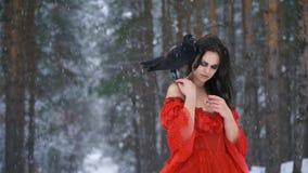 La ragazza con i capelli del corvo raddrizza e lentamente mette il suo passa e cerca l'aumento stock footage