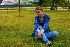 La ragazza con i capelli di scarsità nel giardino Immagine Stock