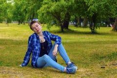 La ragazza con i capelli di scarsità nel giardino Fotografia Stock