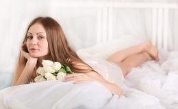 La ragazza con i fiori Fotografia Stock Libera da Diritti