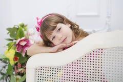 La ragazza con i fiori Immagini Stock Libere da Diritti