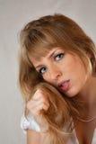 La ragazza con i freckles su una priorità bassa grigia Immagini Stock