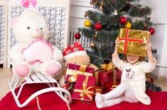 La ragazza con i regali sotto un abete Fotografia Stock Libera da Diritti