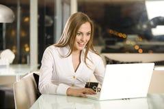 La ragazza con il computer portatile. Fotografia Stock Libera da Diritti