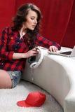 La ragazza con il computer portatile ascolta musica Fotografia Stock Libera da Diritti