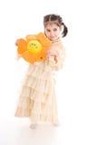 La ragazza con il fiore isolato su un bianco Fotografia Stock