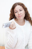 La ragazza con il fronte acido cambia i canali con la ripresa esterna della TV Immagini Stock Libere da Diritti