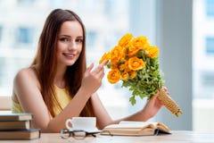 La ragazza con il presente dei fiori Immagine Stock