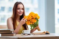 La ragazza con il presente dei fiori Fotografia Stock