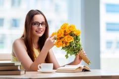 La ragazza con il presente dei fiori Fotografie Stock Libere da Diritti