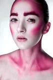 La ragazza con il rosa creativo compone Fotografia Stock