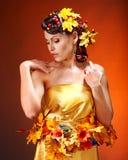La ragazza con l'acconciatura di autunno e compone. Fotografie Stock
