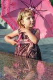 La ragazza con l'ombrello. Immagine Stock Libera da Diritti
