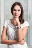 La ragazza con l'orologio sulla sua mano diritta della mano ha toccato il mento Fotografia Stock Libera da Diritti