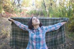 La ragazza con la coperta Immagini Stock Libere da Diritti