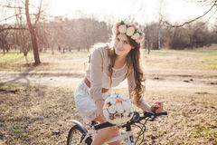 La ragazza con la corona sulla testa in bici Fotografia Stock