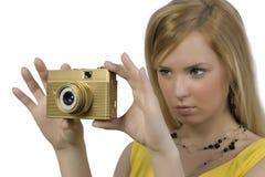 La ragazza con la macchina fotografica dell'oro Fotografia Stock
