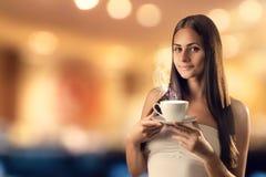 La ragazza con la tazza fotografia stock