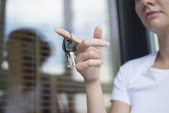 La ragazza con le chiavi della porta Immagine Stock Libera da Diritti