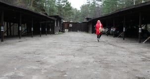 La ragazza con lo zaino sulle sue spalle sta andando alla sua automobile al parcheggio archivi video
