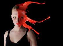 La ragazza con pittura schizza Fotografia Stock