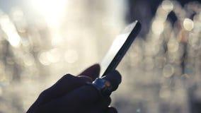 La ragazza con un bello anello sul suo dito e con il telefono in sue mani, stampe sul touch screen Movimento lento video d archivio
