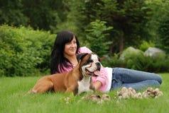 La ragazza con un cane immagine stock