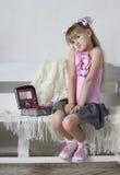 La ragazza con un cofanetto Fotografia Stock
