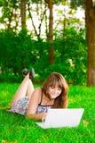 La ragazza con un computer portatile Immagini Stock