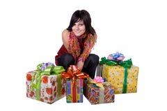 La ragazza con un contenitore di regalo Fotografie Stock