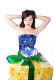 La ragazza con un contenitore di regalo Fotografia Stock