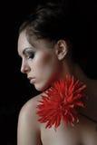 La ragazza con un fiore rosso Fotografia Stock Libera da Diritti