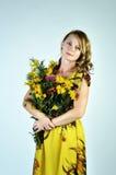La ragazza con un mazzo dei fiori Immagini Stock Libere da Diritti