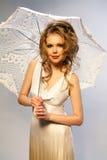 La ragazza con un ombrello. Fotografie Stock
