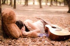 La ragazza con un orso Fotografia Stock