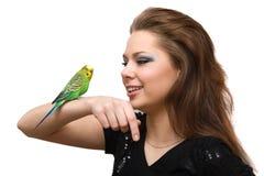 La ragazza con un pappagallo Immagine Stock