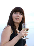 La ragazza con un vetro di vino Fotografia Stock Libera da Diritti