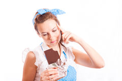 La ragazza con una barra di cioccolato Immagine Stock