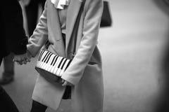 La ragazza con una borsa di progettazione originale Immagini Stock Libere da Diritti